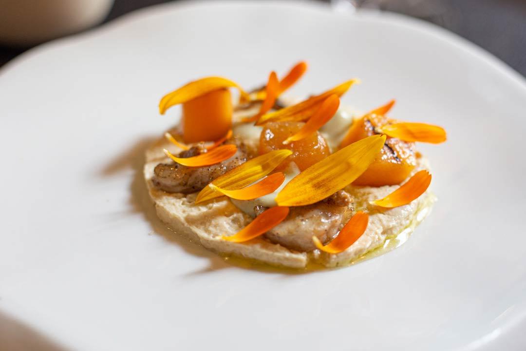 Le foie gras et l'anguille sauvage Melon confit est grillé, praliné de tournesols et pépins de melon - Photo Didier Laget