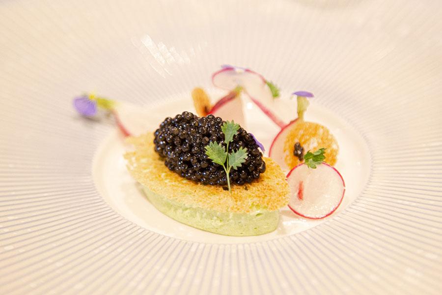 Christophe Hay, La maison d'à côté - caviar de Sologne, crème de fane, radis du jardin - Photo Didier Laget